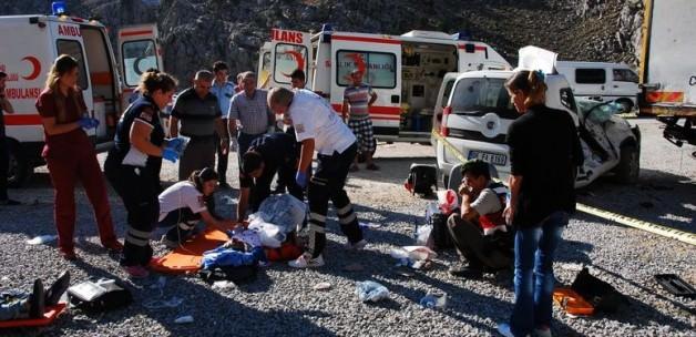 Antalya'da feci kaza: 2 ölü, 4 yaralı!